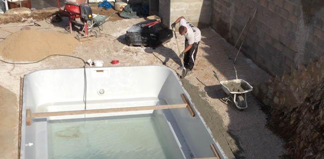 Installation d 39 une piscine coque en 10 tapes avec neptune for Ceinture beton piscine coque