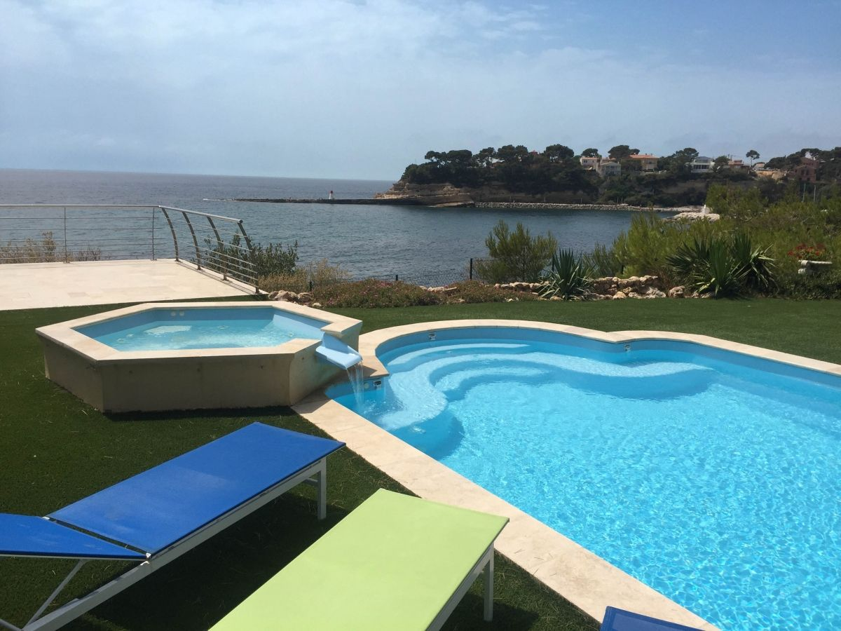 La piscine polyester en bord de mer vue imprenable for Prix piscine coque a debordement