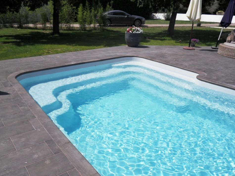 Piscine avec escalier lat ral piscine coque avec banquette for Coque de piscine sur mesure