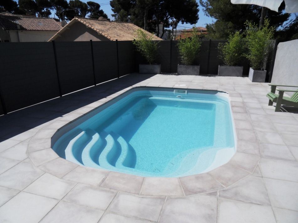 Piscine coque moderne le design d 39 une piscine polyester for Petite piscine design