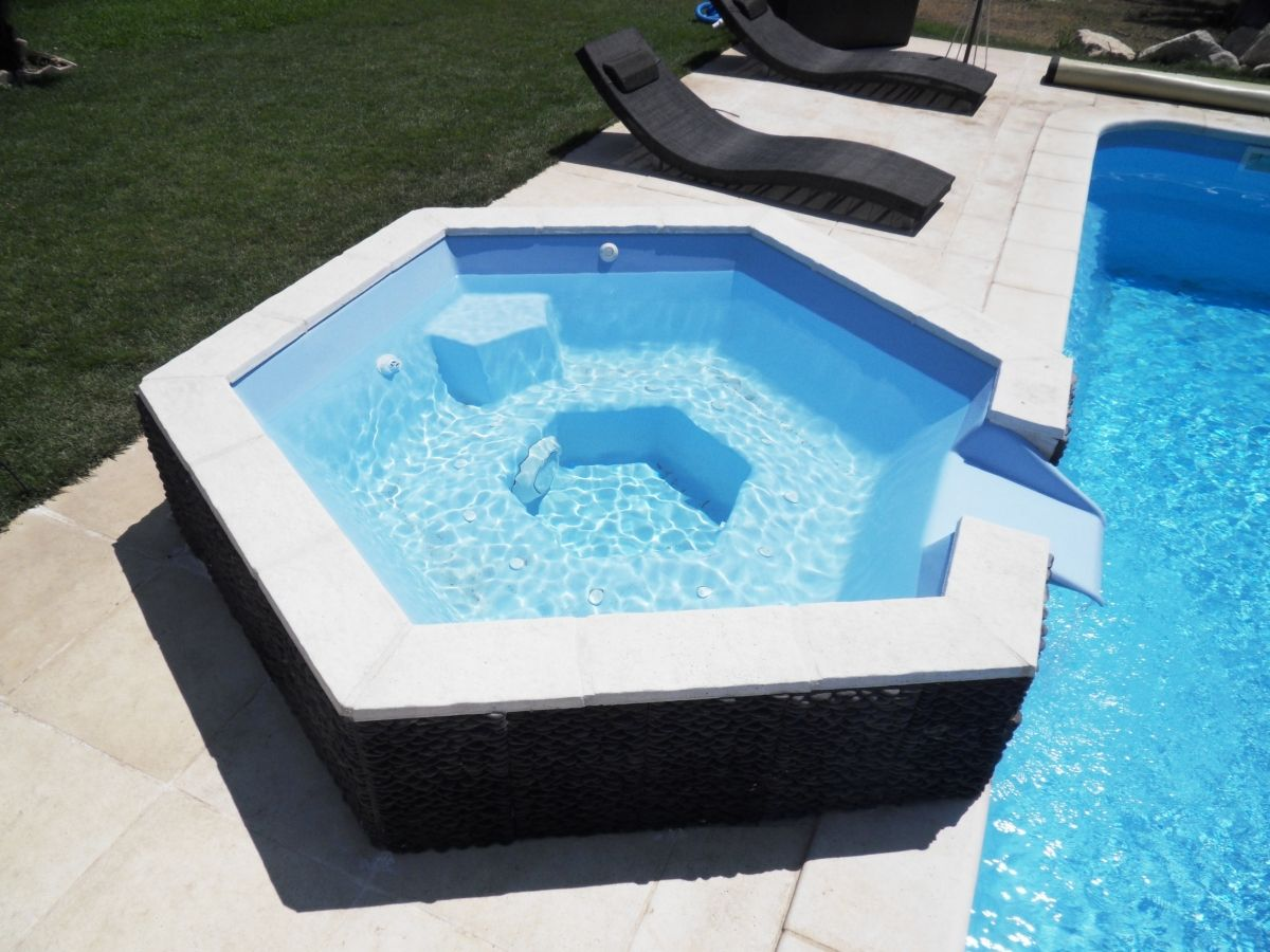 Spa d bordement piscine jacuzzi pour piscine neptune piscines for Prix piscine coque a debordement