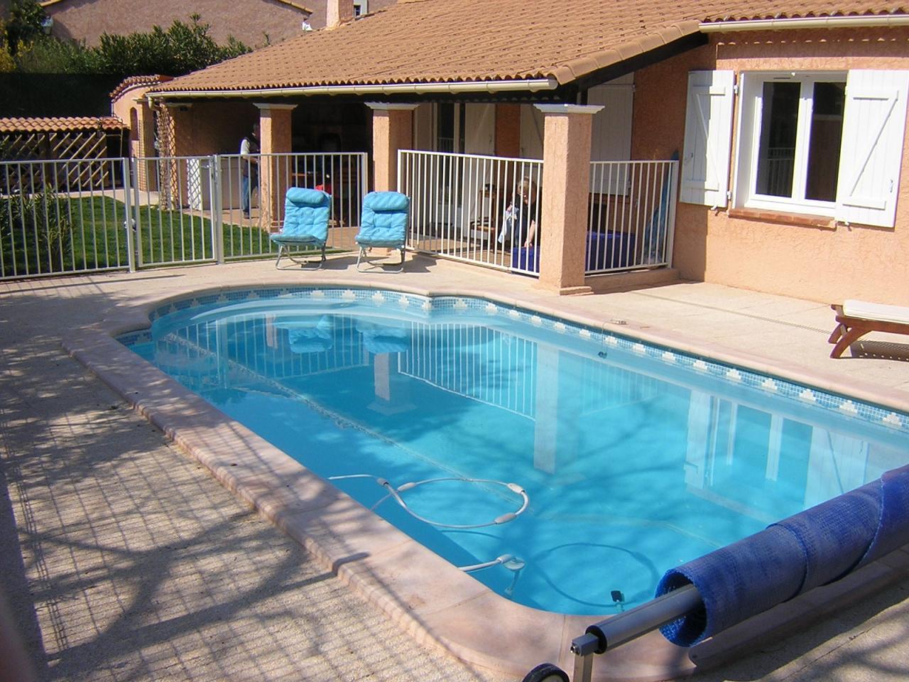 Piscine fond inclin piscine fond en pente neptune for Piscine a coque tarif