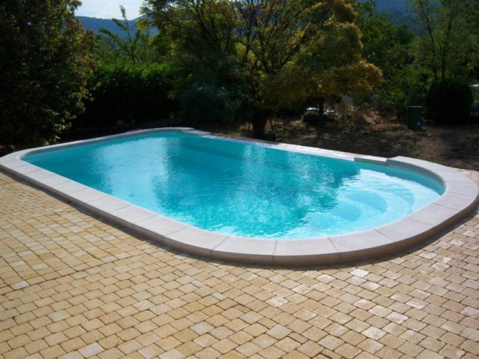 Piscine d bordement piscine polyester a debordement for Piscine coque polyester d exposition