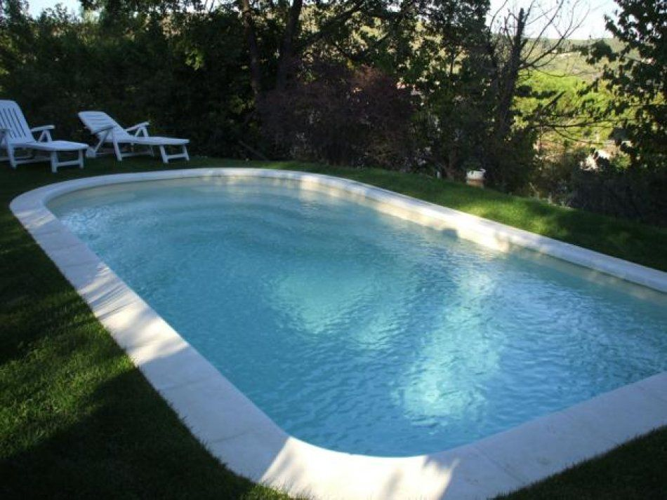 Piscine coque en milieu naturel piscine naturelle for Piscine fond beige