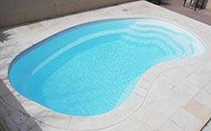 La piscine haricot 6 80 par 3 75m petite piscine en for Piscine haricot